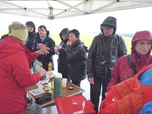 05 mars 2017 - Malgré  la  pluie  plus de  65 randonneurs  ont  participé à  la  4 éme  Randonnée Solidaire avec le  Secours  Populaire .  Merci aux clubs d' ANDEVILLE (le  plus  loin) et de VILLERS sous  SAINT LEU (le  plus  nombreux)