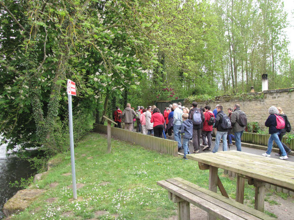 Le long du Therain  , plus de  45 randonneurs  venus pour découvrir les environs de  CRAMOISY.