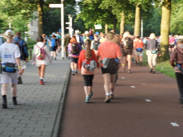 Exemple  de passage de temoin , l'adolescente avec sa  mére sur le  parcousrs 40 km .