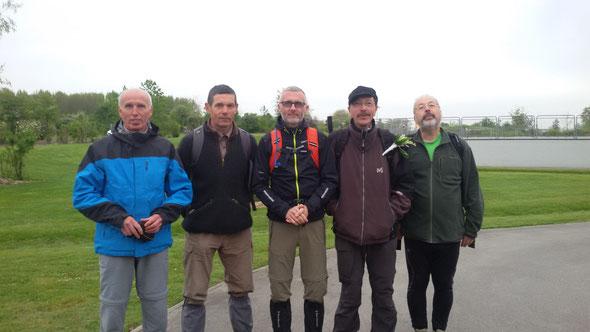 Les  Hommes  , manque Alain . Nous  avons  marché en  groupe à  plus de 5.3 Km /heure  en comptant les  30 mn d'arrêt pour le repas. Parti à  12 , arrivée  à  12 .  Trop Fort !!