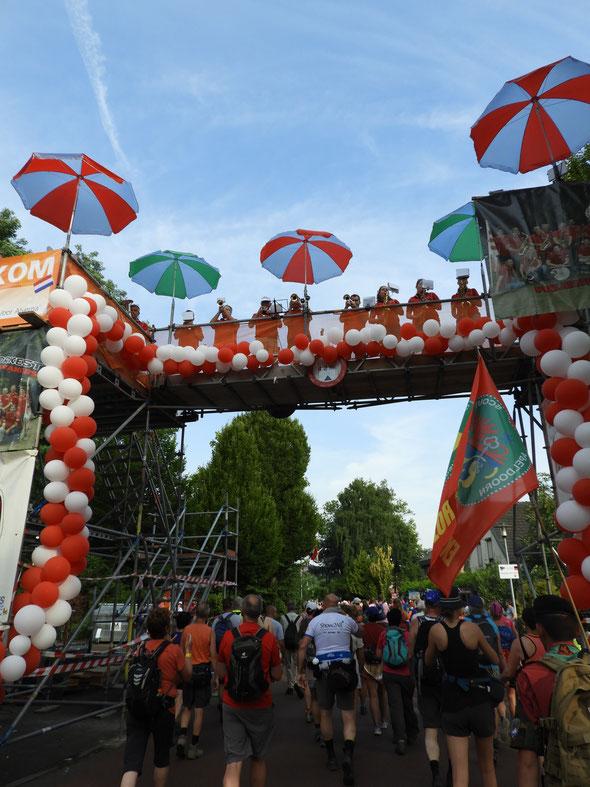 Un apercu de l'ambiance des  4 DAAGS de  Nijmugen. Musique avec DJ , orchestre, encouragements le long des routes  par les  Groupies et distribution de  bonbons et biscuits par les enfants.