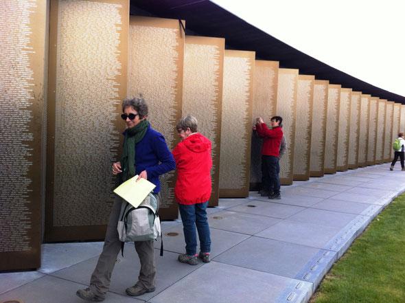 Sur ce  site  ,  plus de  580 000 noms de soldats de  toutes nationalites  inscrits sur  ces  murs.  Inauguré en  2014 par le  Président : HOLLANDE.