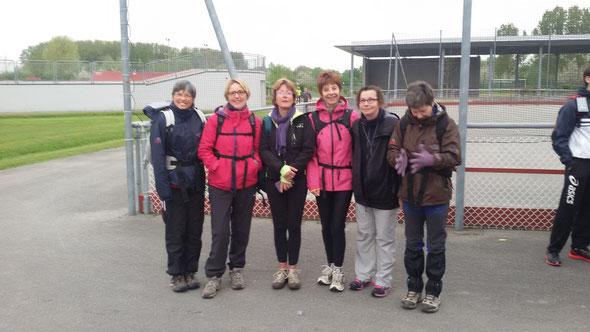 Les  filles avant  le départ  . Le temps est  couvert  mais sans  pluie .  Plus de  450 participants  à cette  manifestation :  20 km , 30 km et  Marathon  42 km. Félicitations  aux  Foulées Samariennes pour  l'organisation.