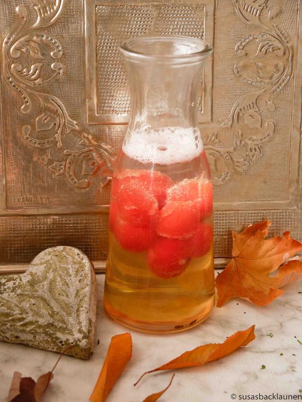 Stachelbeersaft mit Melonenkugeln und Wodka