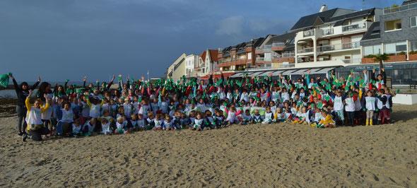 """Tous les élèves de l'école ont participé à l'opération """"Nettoyons la nature""""  sur les plages de la commune"""