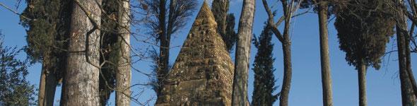 """Il monumento nel luogo della battaglia di Montaperti / """"Montaperti"""": the statue in the place of the battle."""