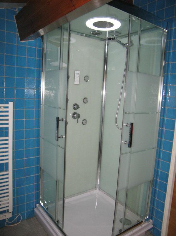 La cabine douche, lumière, jets de massage et radio