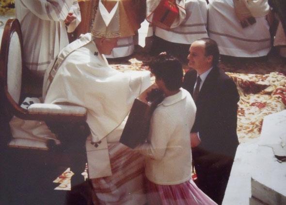 Edgardo, con la figlia minore Laura, consegna la sua scultura al pontefice Giovanni Paolo II.