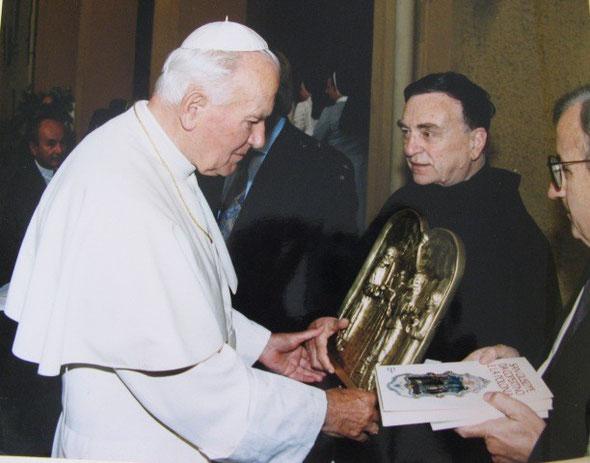 Il Papa Giovanni Paolo II riceve in dono, dalle mani del Rettore P.Remo Marchetti, un bassorilievo della Vita di S.Giuseppe da Copertino di E. Mugnoz