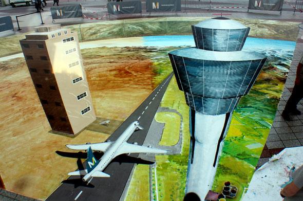 Dieses drittel des Bildes stellt den alten Flughafen, München Rhiem, und den neuen Tower gegenüber