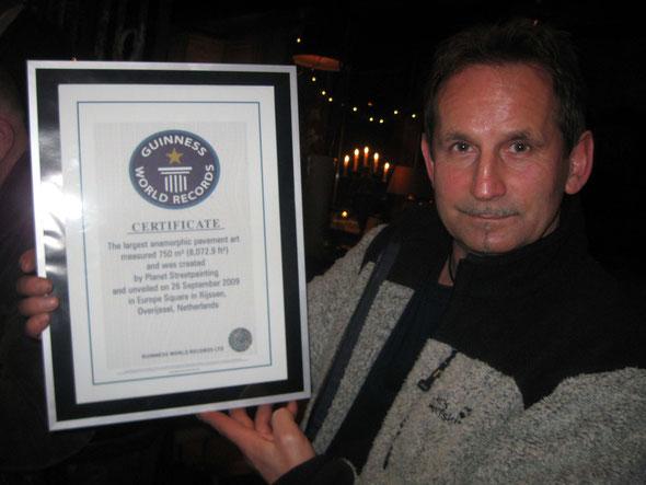 Hier präsentiert Gregor stolz die Urkunde von Guinness World Records
