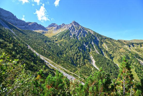 Im Sommer eine harmlose Bergwanderung, im Winter eine anspruchsvolle Skitour: der Rote Stein.