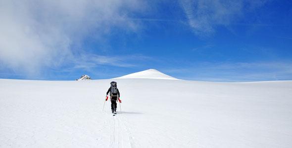 Von Süden aus nur ein unscheinbarer Hügel - die Petersenspitze.