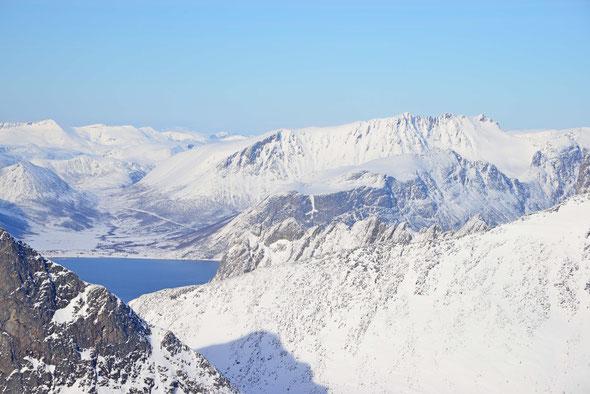 Die gezackte Linie des Kvænan, Senja's zweithöchsten Gipfel, vom Lonketind aus gesehen.
