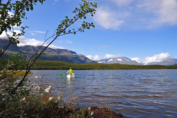 Ein netter, kleiner See direkt an der E78, im Hintergrund bereits die Gipfel der Lyngen-Alpen.