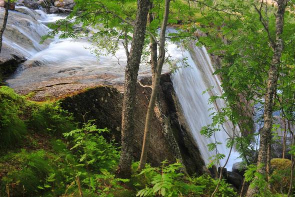 Der letzte Wasserfall der Storelva vor der Mündung ins Meer, direkt am Fuße des Stetind.