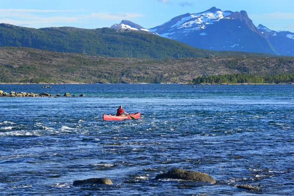 Der Presteidstraumen, ein kleiner Gezeitenstrom zwischen der Halbinsel Hamarøy und dem Festland.