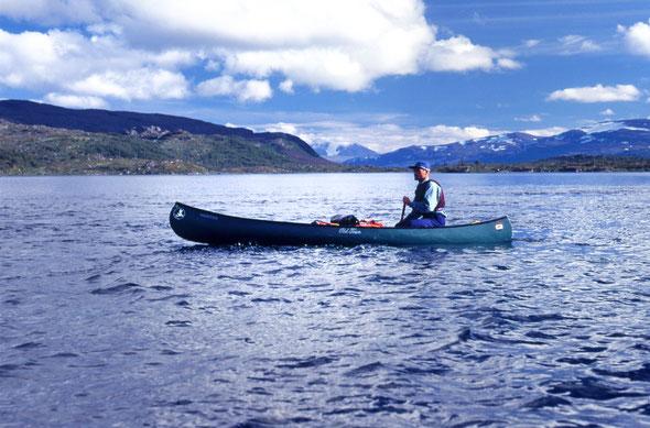 Auf dem Sårkåjaure angekommen rückt zum ersten Mal der Gletscher der Akka ins Blickfeld.