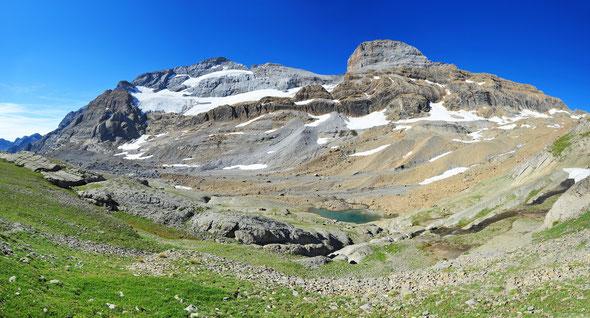 An der Nordseite des Monte Perdido hält sich ein kleiner Restgletscher. Rechts daneben der Gipfel des Cilindro de Marboré (3328 m).