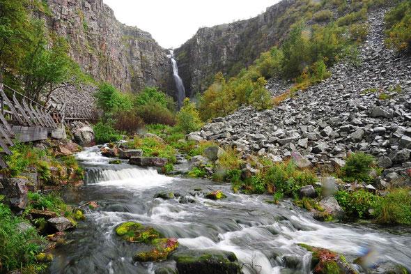 Der höchste schwedische Wasserfall ist nur eines der Highlights im Park.