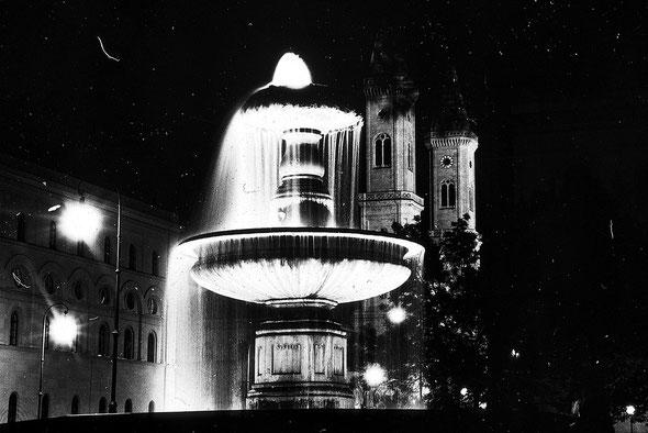 Der Brunnen am Geschwister-Scholl-Platz an der Uni München.