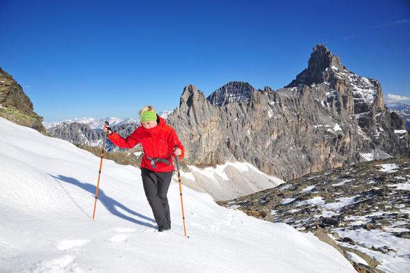 Toni auf dem Weg zum Hohen Zahn, den gewaltigen Block des Pflerscher Tribulaun (3097 m) im Rücken.