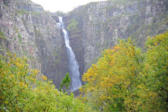 Mit 93 m Gesamthöhe der höchste Wasserfall in Schweden.