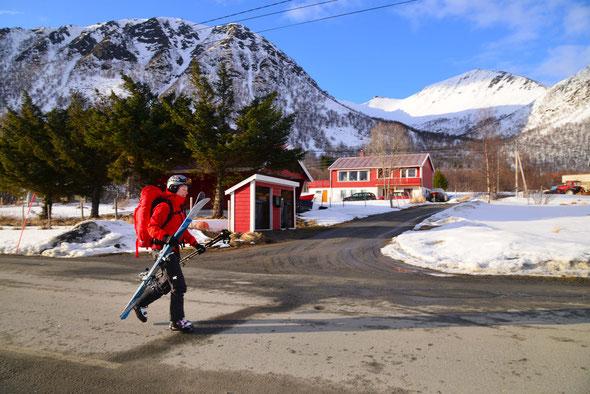 Der kleine Hügel am Ende des Tals ist eines der eher unbekannten Skitourenziele auf Senja.