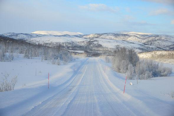 Unterwegs auf der frisch verschneiten Insel Senja - auch schon im Auto traumhaft schön!