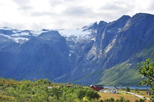 Obwohl nur knapp über 1000 Meter hoch hat der Hollendaren alles, was man sich wünscht: einen Gletscher und schöne Kletterei am Gipfelturm!