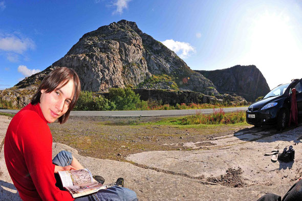 Das Gandalf-Massiv an der Südwest-Seite des Festvågtinden (541 m) vom Parkplatz aus.