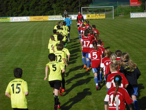 (Foto: Frank Ortwein) RA U13 und JSG Marbach/Michelbach beim Einlaufen