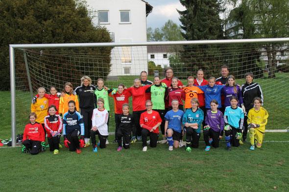 (Foto: Anke Koch) Teilnehmerinnen mit den Trainern bei der Torhüterinnensichtung