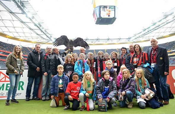 Zu Besuch bei Attila, dem Eintracht-Maskottchen: Die Mädchen- Regionalauswahl Gießen/Marburg U 11