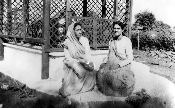 1930s : Gulmai & Pilamai Irani at Shah's tomb at Lower Meherabad, India. Courtesy of MN Publ.