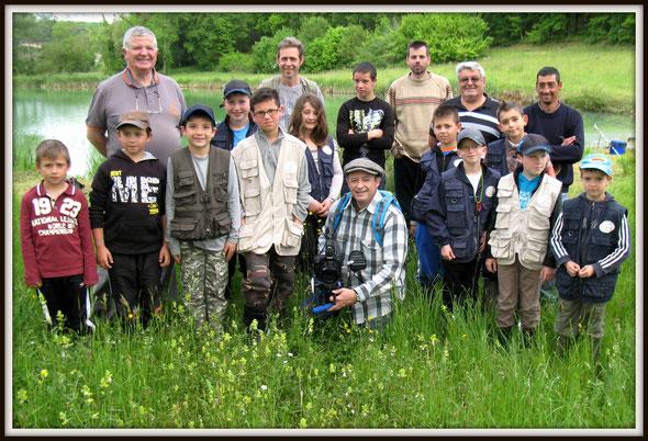 L' Ecole de pêche de Gourdon du 10 05 2014 à Lavercantière pose avec le réalisateur François STUCK.       ( Photo D.Lestrade).