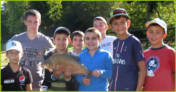 Jules et ses camarades de l'école de pêche de Gourdon avec une belle brème. photo Daniel Lestrade
