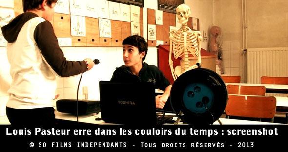 Deux élèves s'apprêtent à recevoir du squelette Oscar un conseil pour se protéger face aux dangers de l'électricité...