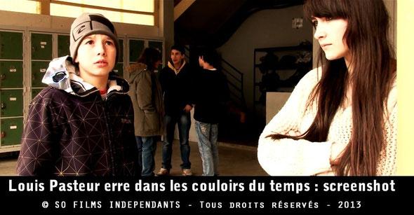 Deux élèves assistent de loin à une conversation entre Louis Pasteur et d'autres élèves...