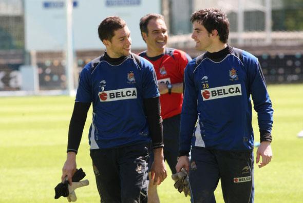 Mandaluniz, a la derecha, conversa con Alex Ruiz en un entrenamiento con el primer equipo de la Real en 2010.