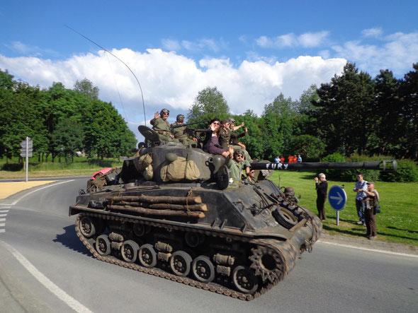 Défilé véhicules miliraires à Isigny sur Mer - cliquez sur la photo
