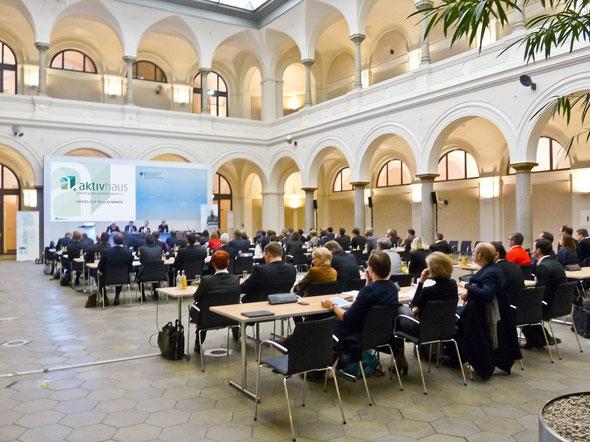 Gemeinsam mit Vertretern aus Wirtschaft und Politik diskutierten die Initiatoren des AktivhausPlus e.V. im Rahmen der Auftaktveranstaltung am 28. November 2013 über die Anforderungen an den angestrebten Gebäudestandard | Bild: AktivhausPlus e.V.