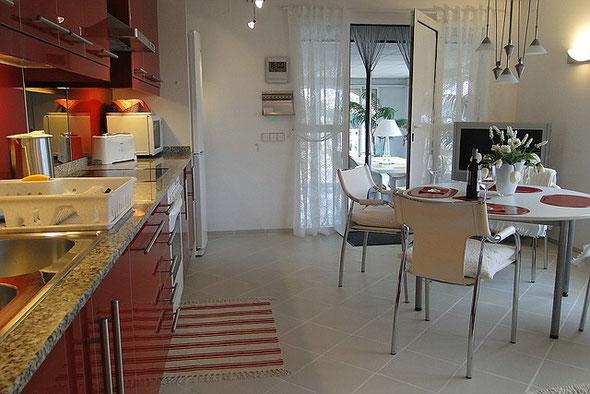 Küchenzeile und Blick in den Wintergarten, Ferienwohnung Valencia