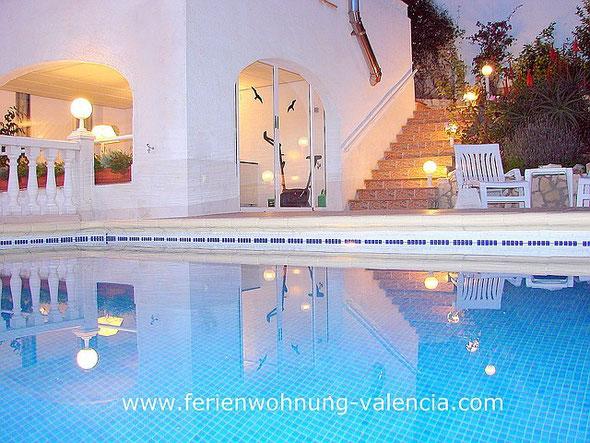 Ferienwohnung Valencia in  der Villa Gandia Hills am Abend, Meerwasser-Pool, Terrasse und Eingang zur Ferienwohnung, Foto: Birgitta Kuhlmey