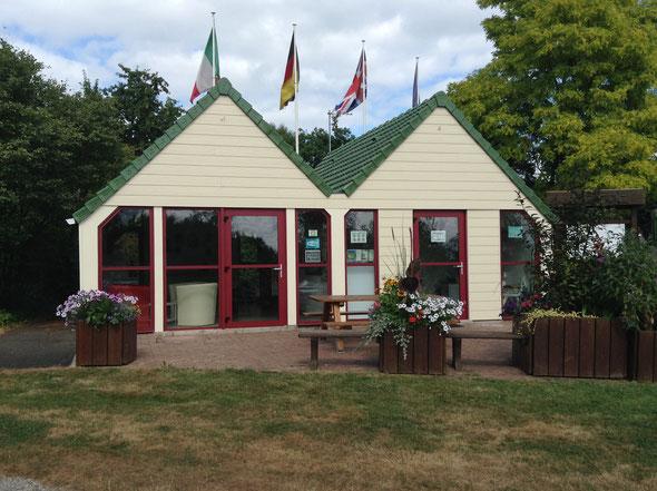 L'espace accueil et détente du camping municipal du Champ Passais de Domfront