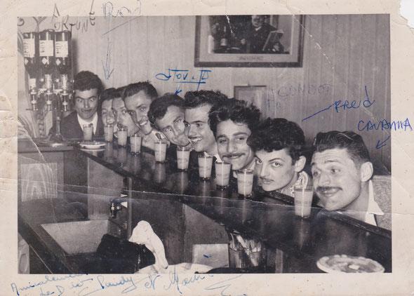 L'équipe des dessinateurs Cavanna, Fortuné, Fred, Gondot, Stov, au bar Pernod des champs Elysées en 1951