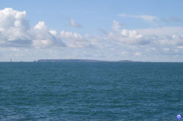 Île d'Aurigny avec la Pointe Quesnard à droite (© lebateaublog 2013)