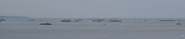 Archipel des Ecréhous et Jersey au fond à gauche (© lebateaublog 2012)