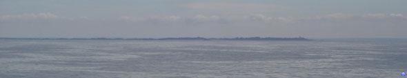 La grande île de Chausey (avec le phare à droite) et les côtes manchotes en arrière plan (© lebateaublog 2012)