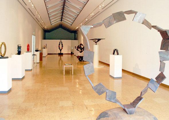 写真左側にはシリーズ Circle 作品を、また個展会場隣のショップ・スペースにも3点の作品を展示しています。